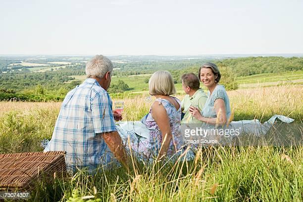 Freunden mit einem Picknick in einem Feld