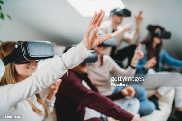 vr ゴーグルで自分撮りを持つ友人 - 仮想空間の視点 ストックフォトと画像