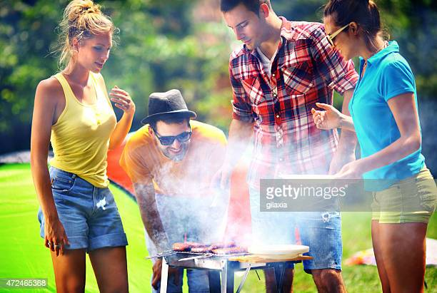 Freunde mit barbecue-party,