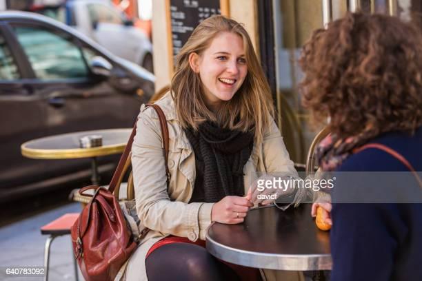 Freunde, die zusammen auf ein französisches Café frühstücken
