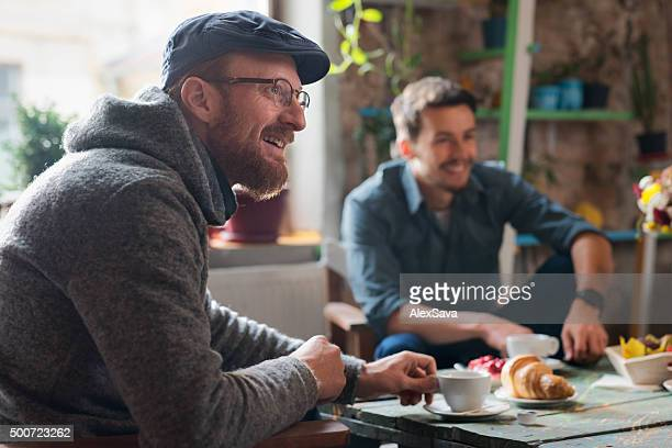 Amis prenant le petit déjeuner ensemble
