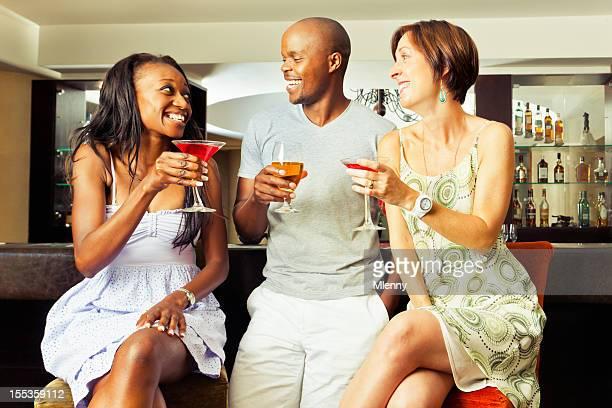 freunde mit cocktails an der bar - mlenny stock-fotos und bilder