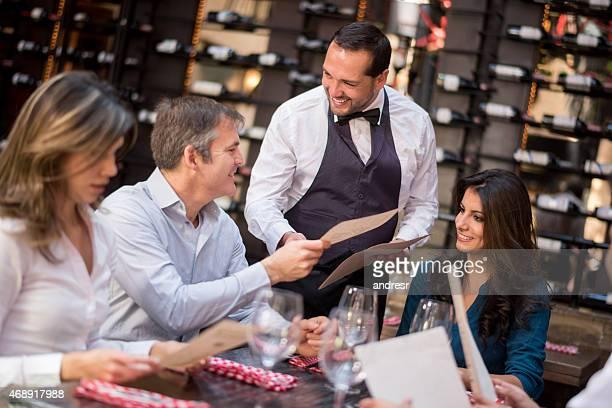 Freunden ein Abendessen in einem restaurant
