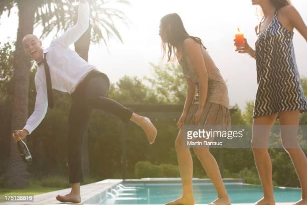Amigos com bebidas na piscina