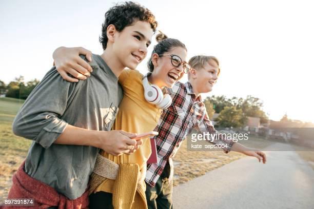 vrienden lol na school - 14 15 jaar stockfoto's en -beelden