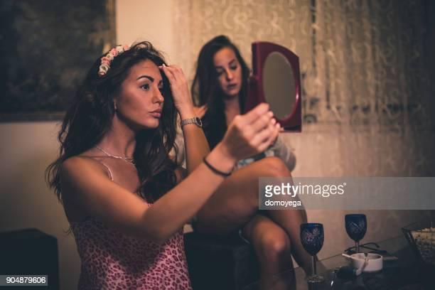 vänner att ha kul och byta kläder hemma - cleaning after party bildbanksfoton och bilder