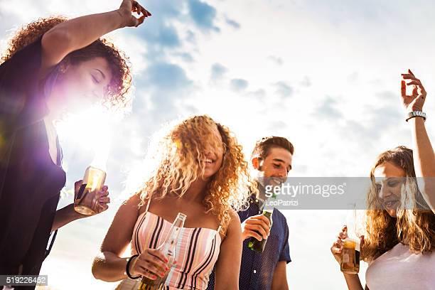 """Amis s'amuser et de boire de la bière dans une fête d """" anniversaire"""