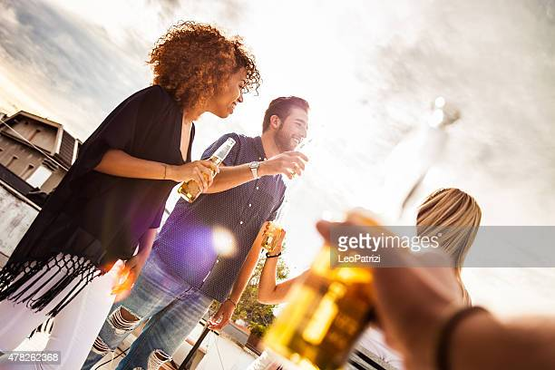 Amis s'amusant et boire une bière en plein air