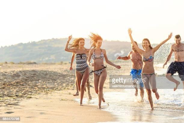 Freunde mit Spaß und läuft auf Küste