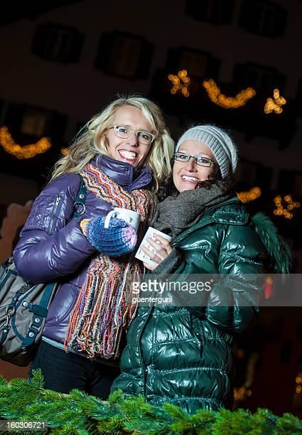 Freunde haben Spaß in einem Weihnachtsmarkt in Europa