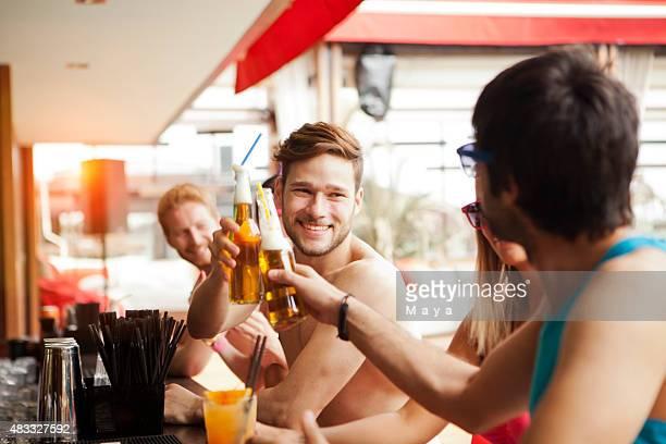 Freunde haben Spaß an der Strand-bar