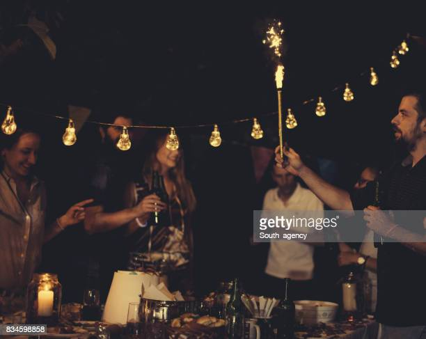 Vrienden plezier op verjaardagsfeestje