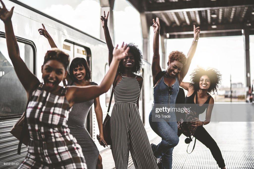 Amigos tener diversión en la estación de metro : Foto de stock