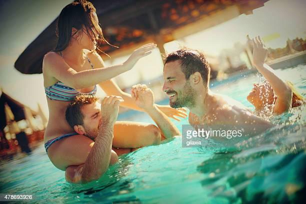 Amigos divirtiéndose en la piscina.
