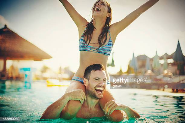 Amis s'amuser au bord de la piscine.