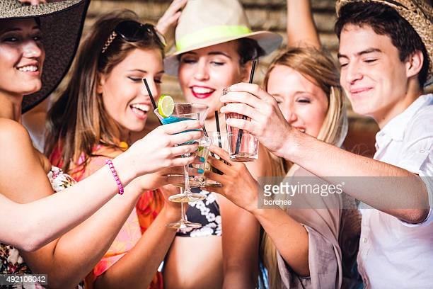 Freunde haben Spaß auf der Cocktail-Party