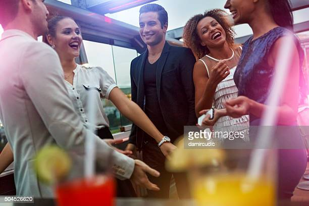 Amici che si diverte al nightclub