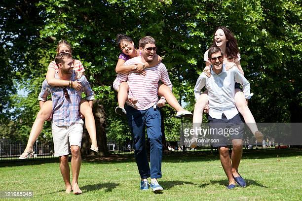 friends having fun in a city park - grupo mediano de personas fotografías e imágenes de stock