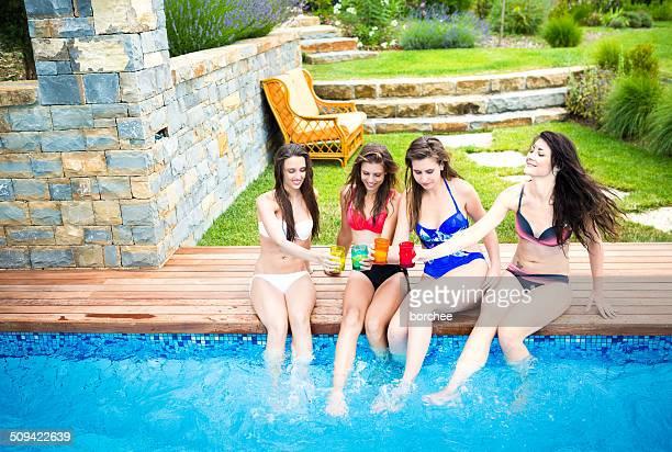Amici che si diverte In piscina