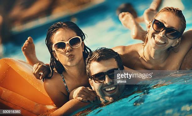 Freunde Spaß haben in einen Swimmingpool.