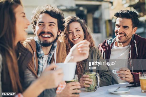 amis, s'amuser dans et boissons à l'extérieur - terrasse de café photos et images de collection