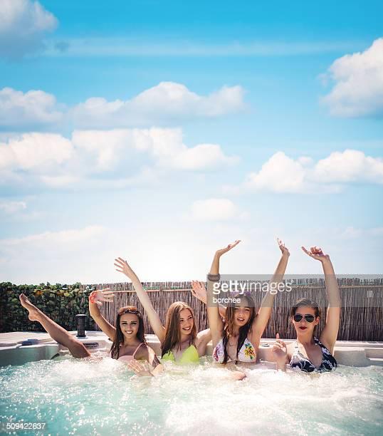 Amici che si diverte con vasca idromassaggio Jacuzzi