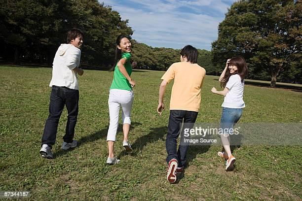 ご友人とご一緒に公園お楽しみください。