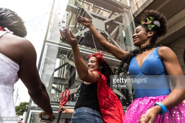 friends having fun sur une fête de carnaval au brésil - danse latine photos et images de collection