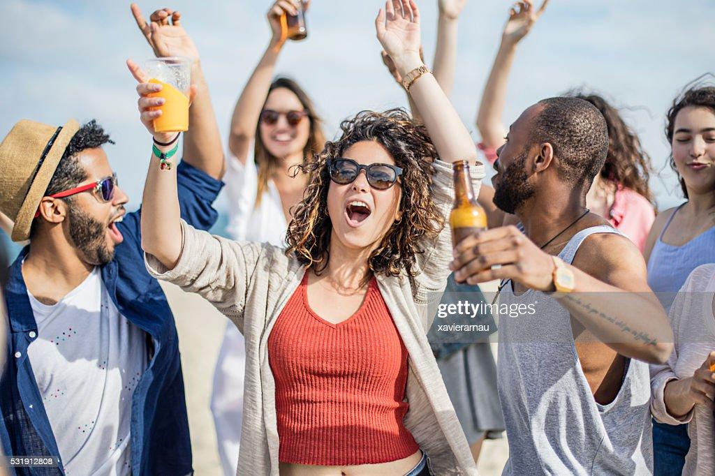 Amici divertirsi su una festa alla spiaggia : Foto stock