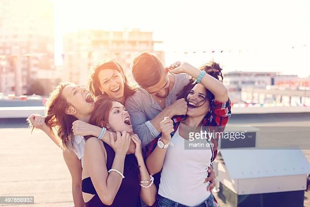 Freunde haben Spaß auf dem Dach