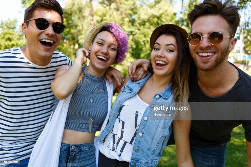 Vrienden plezier buiten : Stockfoto