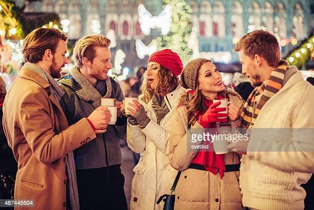 Freunden Spaß im Freien im winter Urlaub.