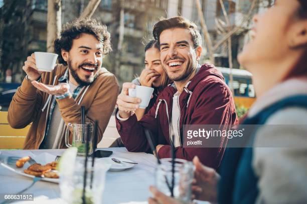 Vrienden buiten plezier in het voorjaar