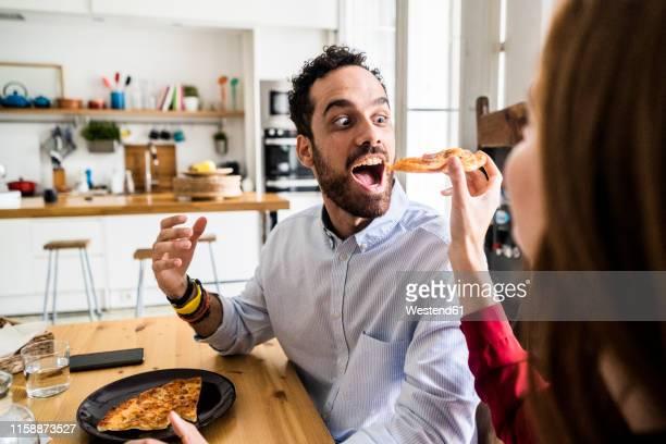friends having fun, sharing pizza - seulement des adultes photos et images de collection