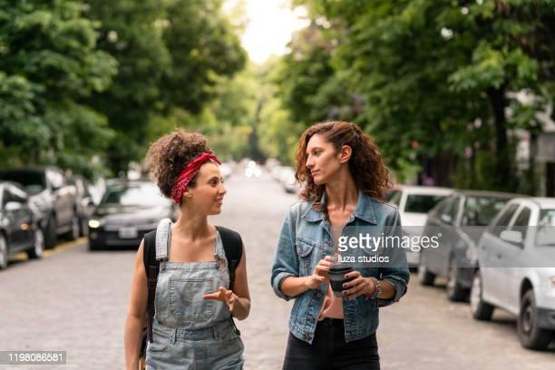 街で一緒に楽しんでいる友人 - 接近する 女性 ストックフォトと画像