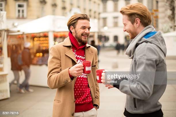 Amis d'avoir boissons chaudes en plein air en hiver de la ville.