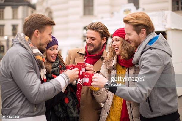 Freunde mit heißen Getränken im Freien im winter-Stadt.