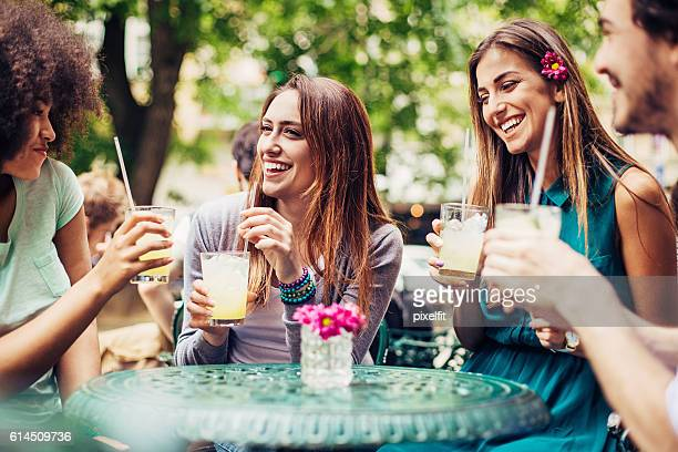 friends having iced drinks outdoors - donna creola foto e immagini stock
