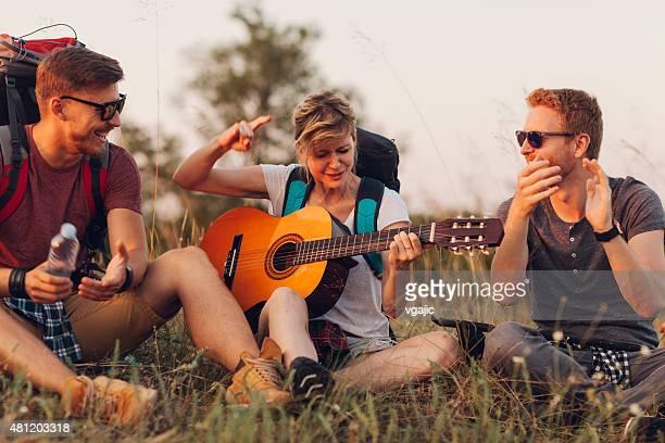 Amis de randonnée et de camping ensemble.