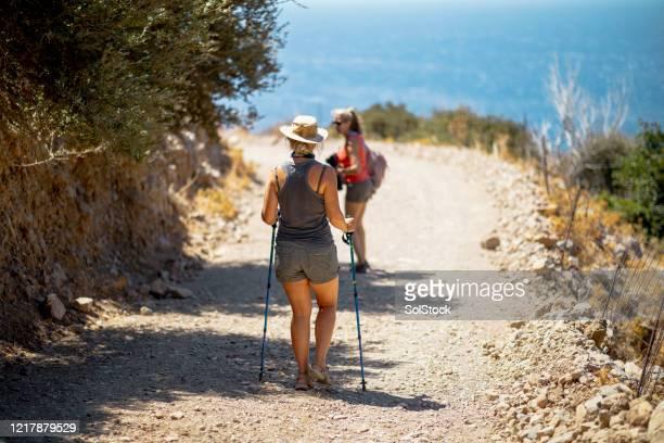 友人ハイキングとアウトドアの探索 - サンダル ストックフォトと画像