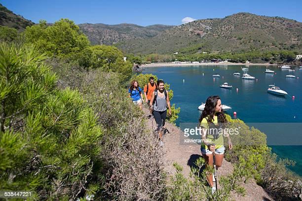 amis de randonnée de la côte méditerranéenne - catalogne photos et images de collection