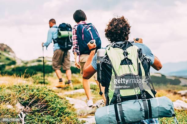 friends hiking in the mountain - freizeitaktivität im freien stock-fotos und bilder
