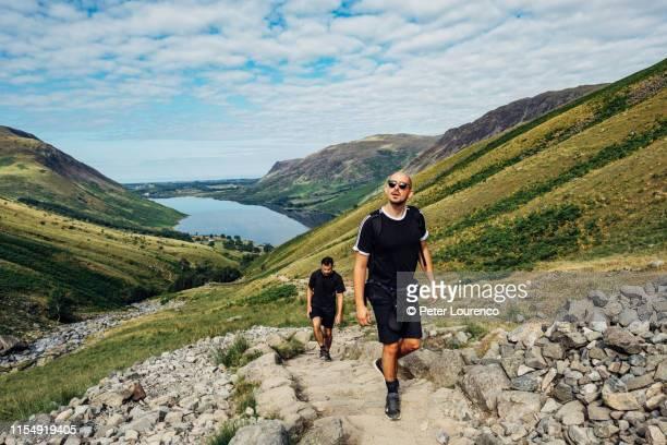 friends hiking - peter lourenco stock-fotos und bilder