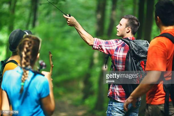 amici escursioni attraverso boschi. - gilaxia foto e immagini stock