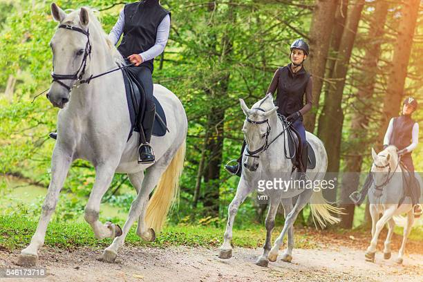 Amis de l'équitation dans la campagne