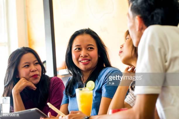 Vänner i en caffe