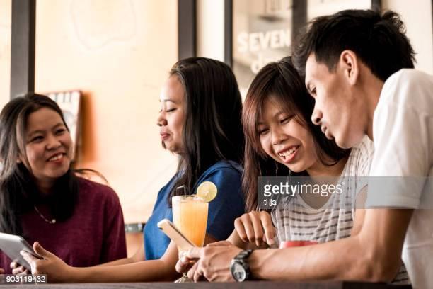 Freunde in einem caffe
