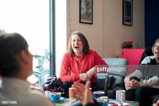 amigos em uma loja de café - girl power provérbio em inglês - fotografias e filmes do acervo