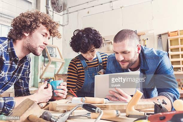 Freunde in einer Konstruktion Workshops lernen Tischlerarbeit
