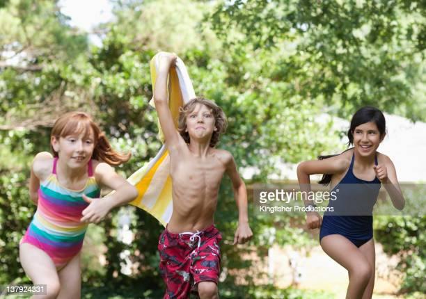 freunde in badeanzüge running - jungen in badehose 12 jahre stock-fotos und bilder